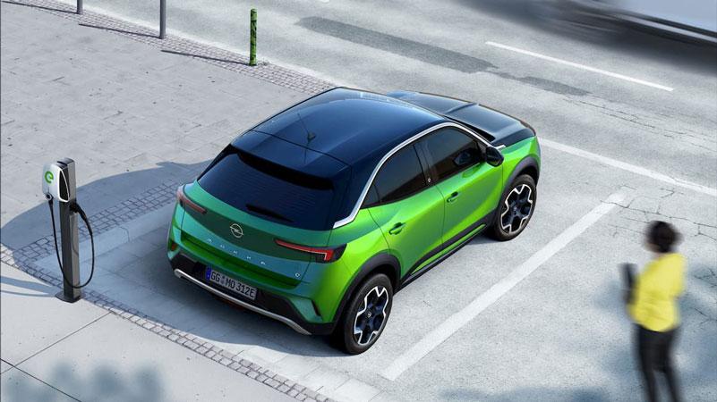 Nouveau Opel Mokka-E électrique avec vue borne électrique
